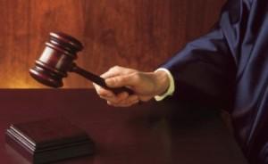 16 giudice_mano_martello1