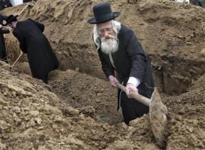 rabbini-inglesi-e-americani-scavano-una-fossa-per-seppellire-i-resti-RIESUMATI-e-TRASPORTATI.PopricaniRomania-Aprile-2011