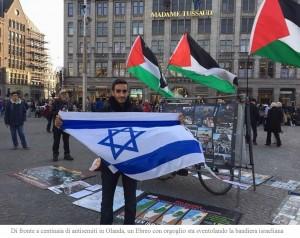 Di fronte a centinaia di antisemiti in Olanda, un Ebreo con orgoglio sta sventolando la bandiera israeliana.